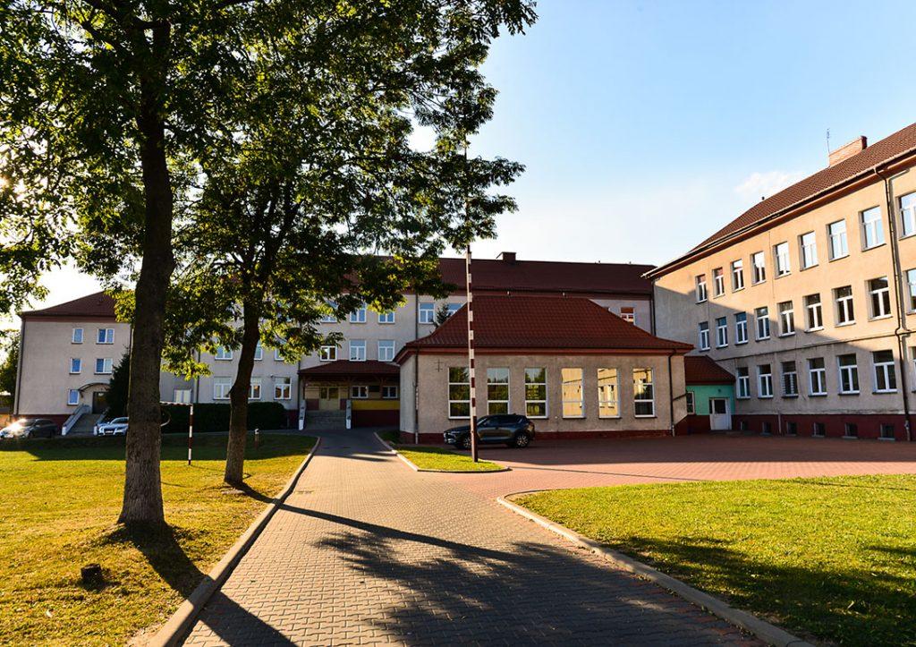 Wyłożone kostką otoczenie szkoły w Brańsku