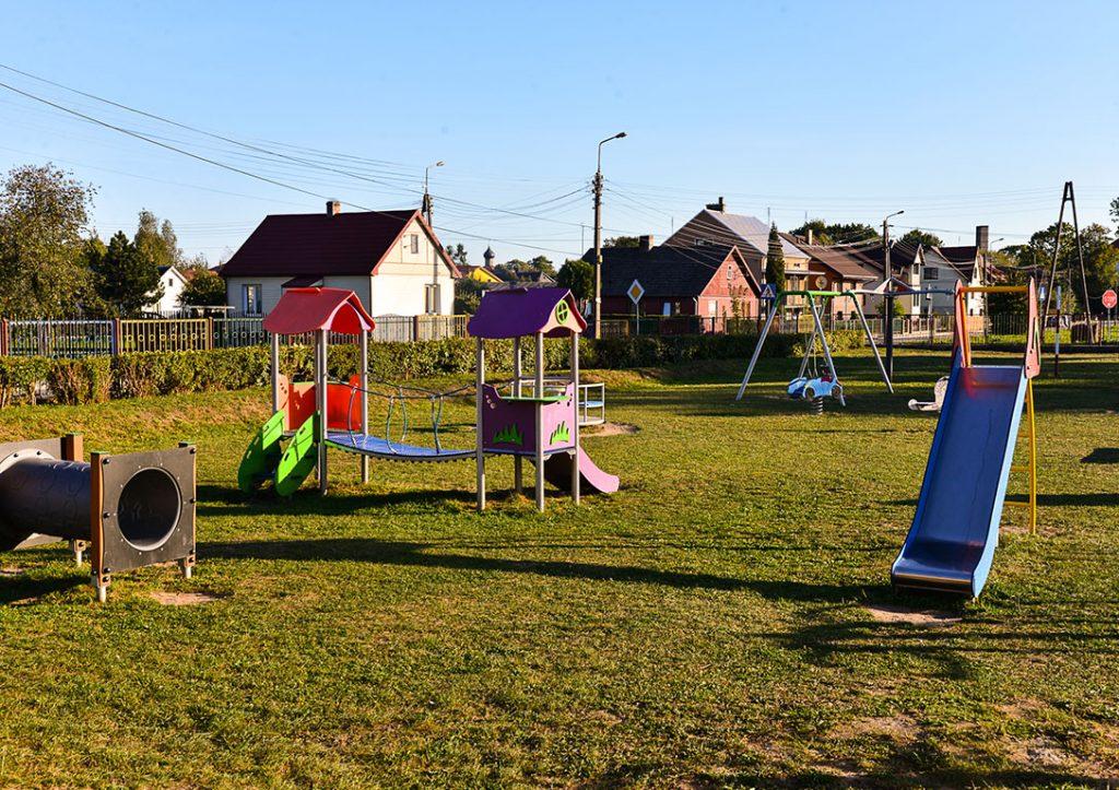 Plac zabaw przy szkole